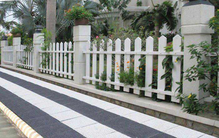 Hàng rào sắt và bê tông