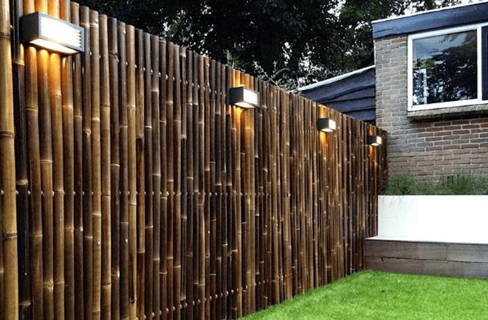 Hàng rào tre mộc mạc và giản đơn