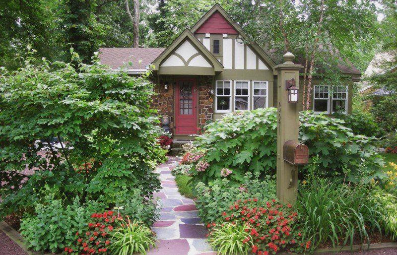 Trông cây xanh trước của nhà