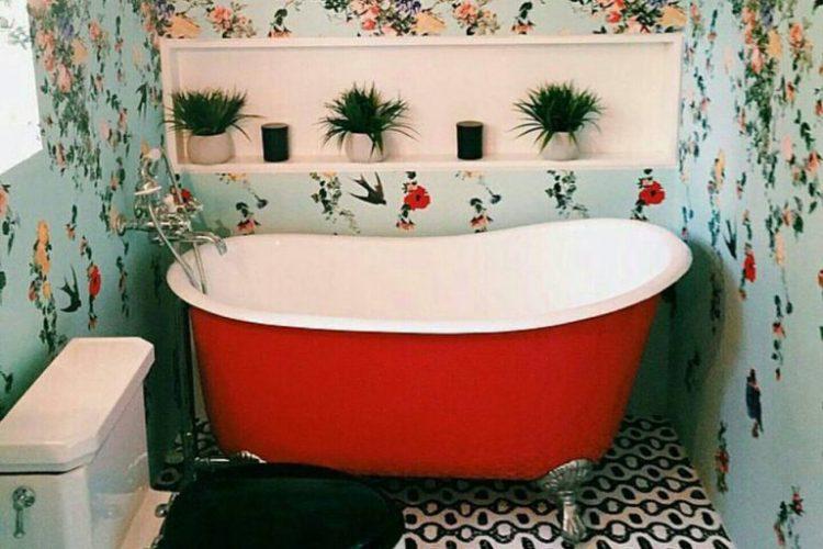Phòng tắm nhỏ được trang trí với họa tiết hoa nổi bật và ấn tượng