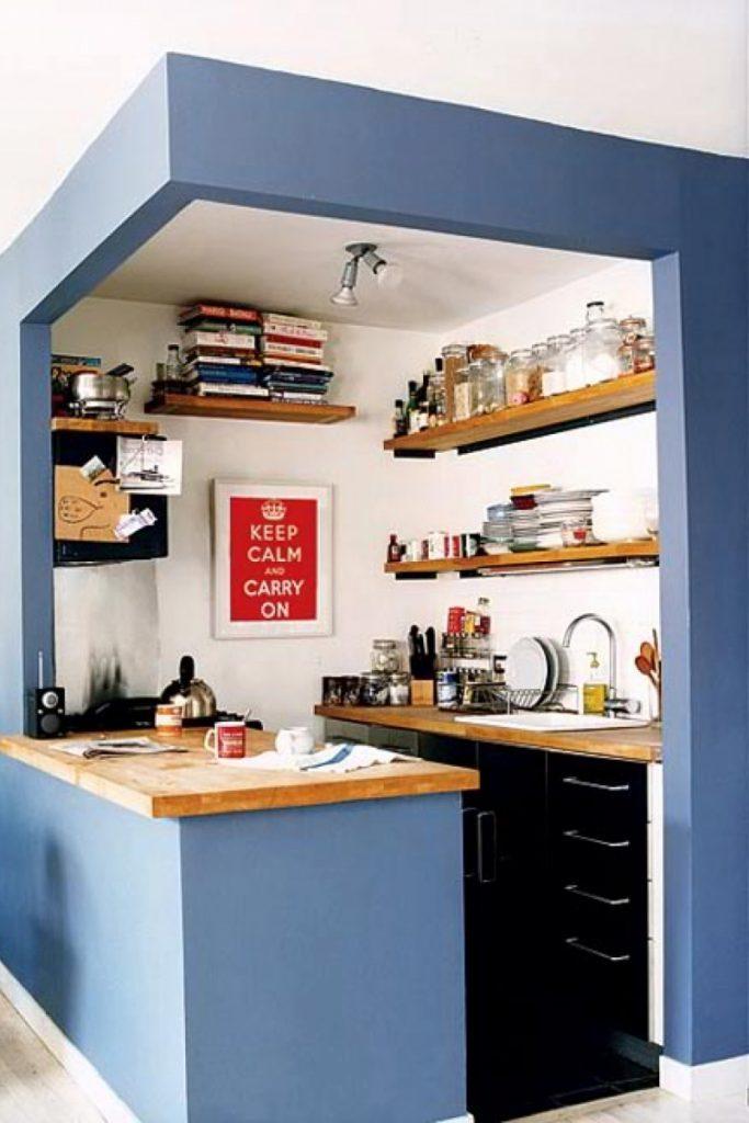 Nhà bếp được trang trí bằng những kệ sách khiến không trở nên đặc biệt, mới lạ