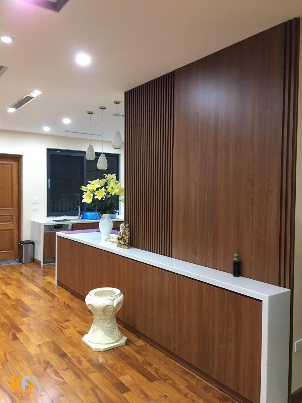 Khu vực nấu ăn còn thiết kế thêm đảo bếp được trang trí như một quầy bar.