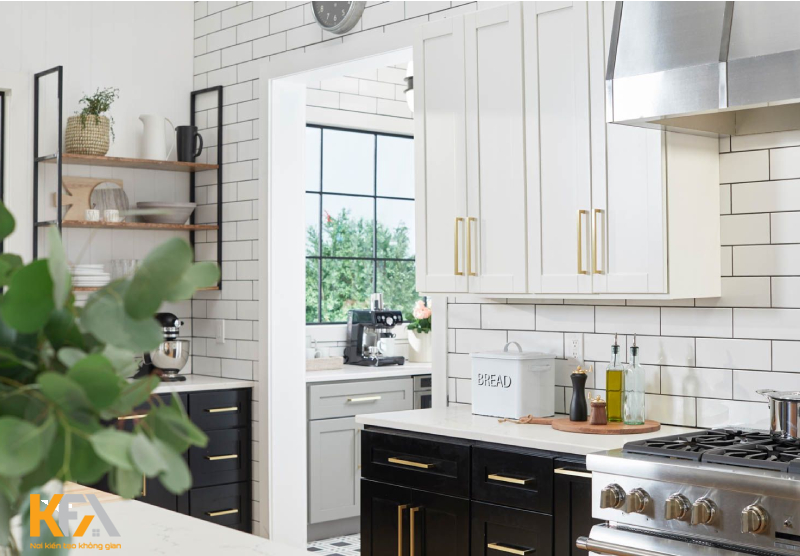 Mẫu phòng bếp tối giản sử dụng đồng màu sáng cho không gian đẹp mắt với sự sạch sẽ đến bất ngờ