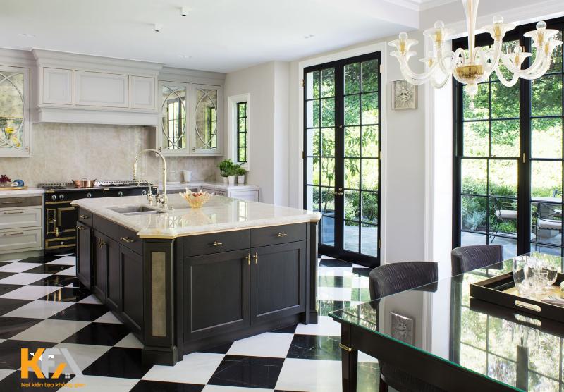 Căn bếp lấy tone màu chủ đạo là màu trắng cùng những chiếc ghế, chiếc đèn màu đen làm điểm nhấn.