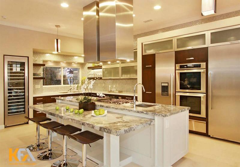 Sử dụng màu kim loại trên một số chi tiết như ghế và đồ dùng nhà bếp để tăng thêm phần sang trọng