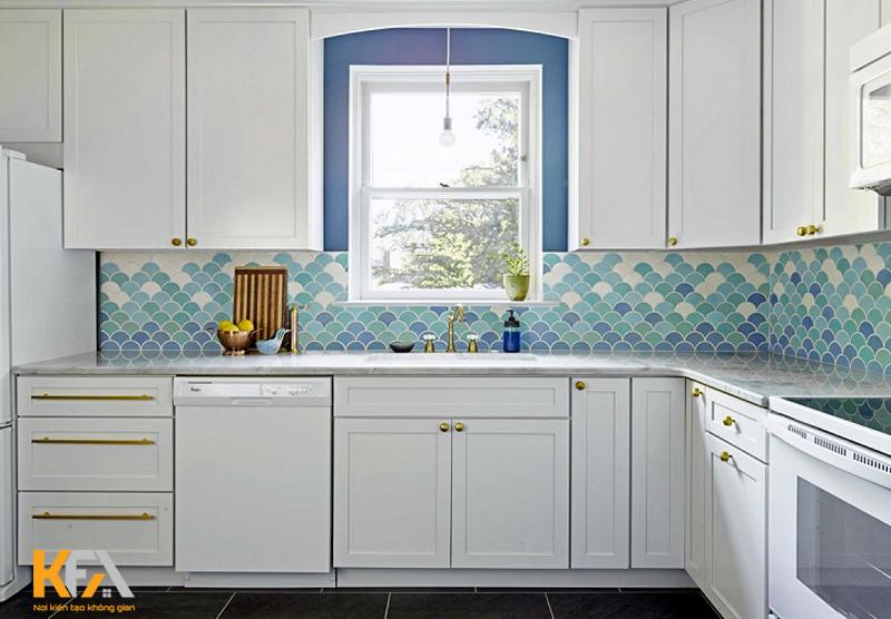 Tủ bếp đẹp và tiện dụng, phòng bếp rộng rãi, công năng phong phú. Cửa sổ đón ánh sáng tự nhiên vào phòng