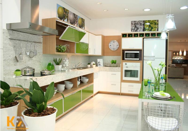 Phòng bếp nhà ống với nhiều cây xanh