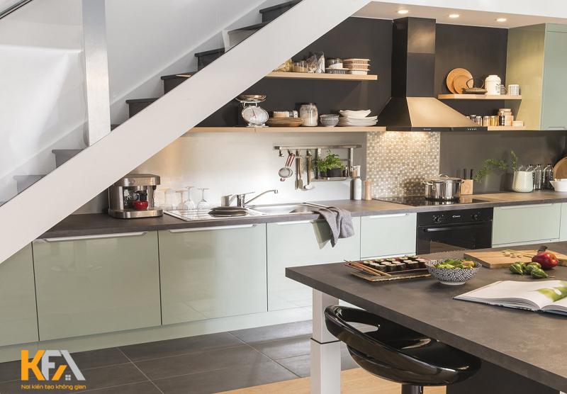 Thiết kế bếp dưới gầm của cầu thang. Vừa thể hiện sự thông minh và khoa học cho nhà ở