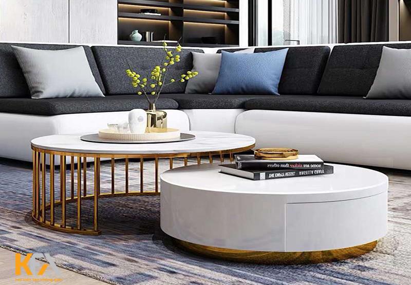 Bàn trà tiết kế đơn giản và màu trắng tinh khôi tạo sự thông thoáng cho phòng khách